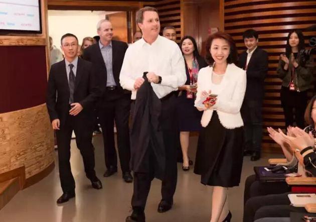 李曦带领团队,邀请并全程安排沃尔玛CEO董明伦访问京东总部