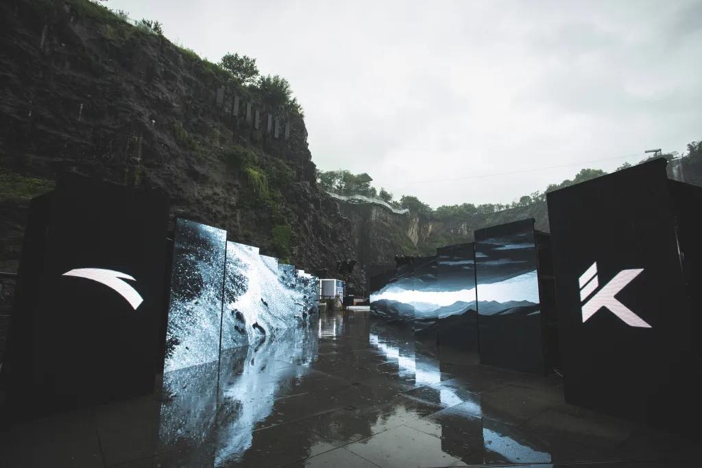 安踏新品发布会打造出高山流水的沉浸式体验